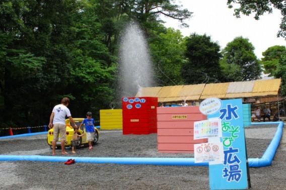 三島楽寿園では夏季限定で、子どもは水遊び、大人はビアガーデンが楽しめます!